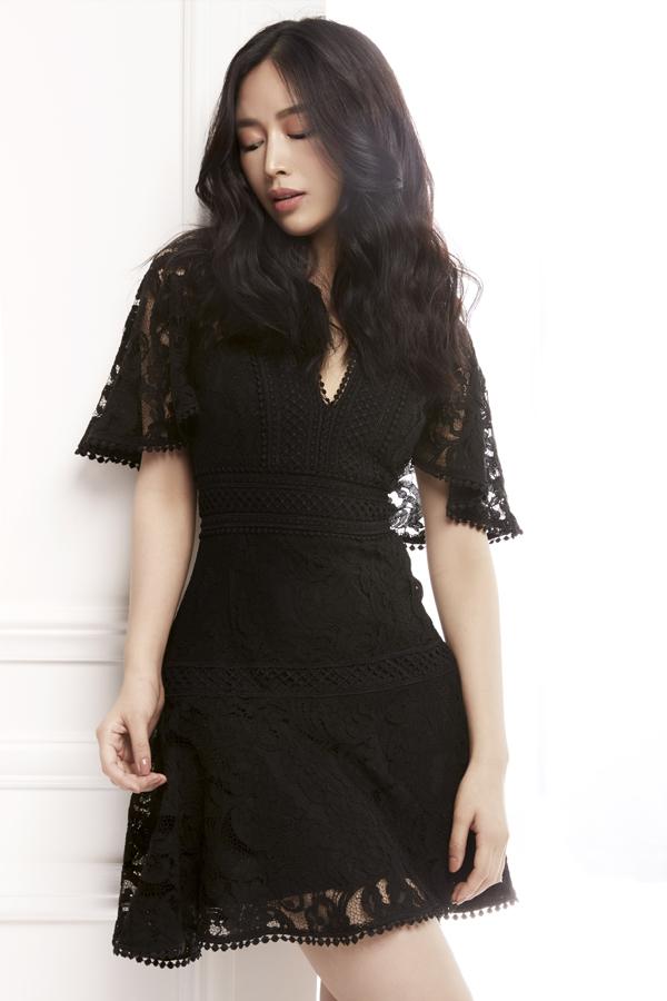 Váy ren trắng, ren đen kiểu ngắn được phối hợp ren lưới, ren thêu với độ dày mỏng khác nhau để mang tới điểm nhấn bắt mắt cho trang phục.