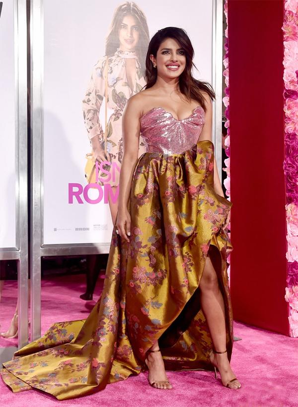 Priyanka Chopra, 36 tuổi, khoe nhan sắc rực rỡ và đường cong nóng bỏng trong bộ đầm Vivienne Westwood ánh kim. Sau gần 20 năm đăng quang Miss World, Priyanka vẫn là một trong những mỹ nhân quyến rũ nhất thế giới.