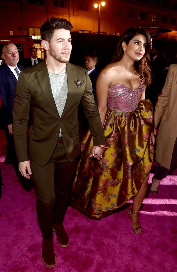 Nick Jonas và Priyanka Chopra tay trong tay đến tham dự lễ ra mắt phim hài lãng mạn Isnt It Romantic. Priyanka đảm nhận một vai diễn trong phim.
