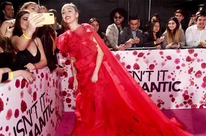 Miley thay chồng đến dự lễ ra mắt phim và giao lưu với người hâm mộ. Tại lễ trao giải Grammy tối 10/2, nữ ca sĩ cũng phải lẻ bóng trên thảm đỏ.