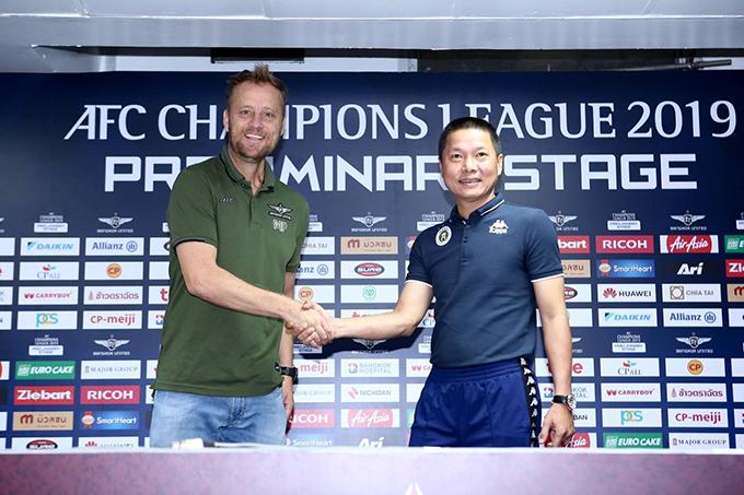HLV Chu Đình Nghiêm bắt tay đồng nghiệp bên phía Bangkok United trong cuộc họp báo trước trận đấu. Ảnh: Hà Nội FC.