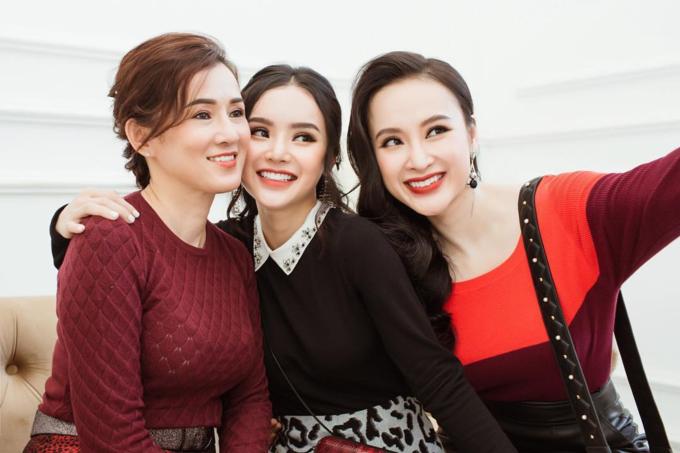 Mẹ Angela Phương Trinh (bên trái) trẻ trung pose hình cùng hai con gái. Ba mẹ con được nhận xét như ba chị em.