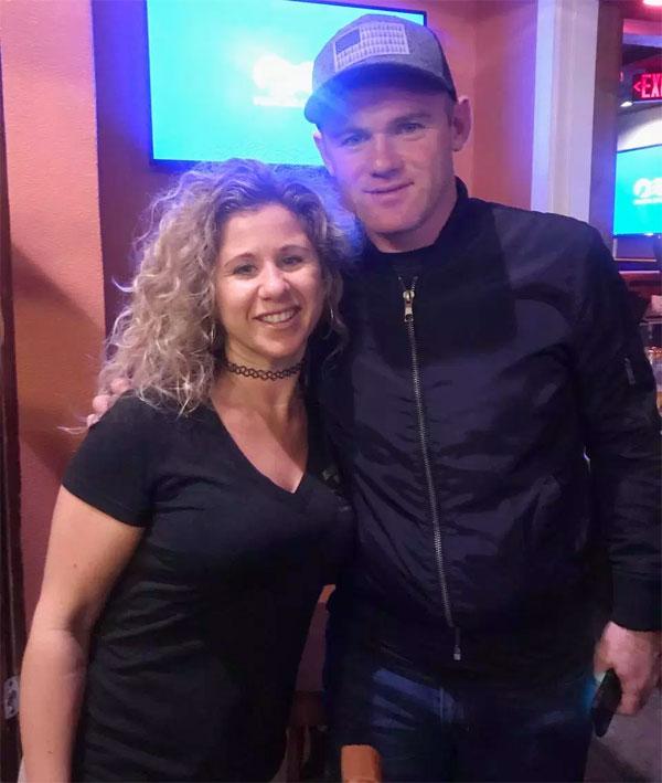 Rooney chụp ảnh cùng một fan nữ trong buổi đi chơi tai tiếng hôm 3/2 ở  Clearwater Beach, Florida.