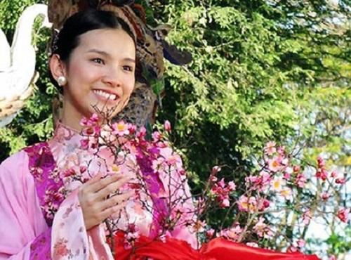Ngọc Hân công chúa (Hoa hậu Thùy Lâm đóng) cầm cành đào giả trong Tây Sơn hào kiệt.