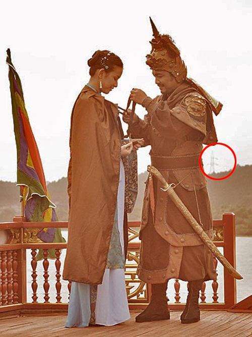 Một cột điện lớn xuất hiện phía xa xa trong cảnh tượng công chúa Ngọc Hân tiễn Quang Trung lên đường (phim Tây Sơn hào kiệt).