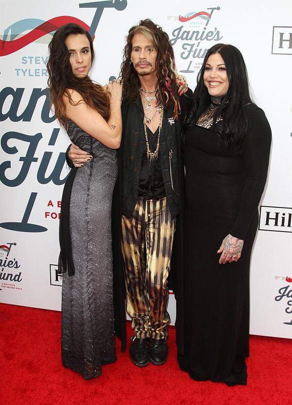 Thủ lĩnh Aerosmith chụp ảnh cùng cô con gái thứ ba 29 tuổi Chelsea Tyler (bên trái) và con gái thứ hai Mia Tyler 30 tuổi. Ông còn có cô con gái nổi tiếng - diễn viên kiêm người mẫu 41 tuổi Liv Tyler và cậu con trai út Taj.