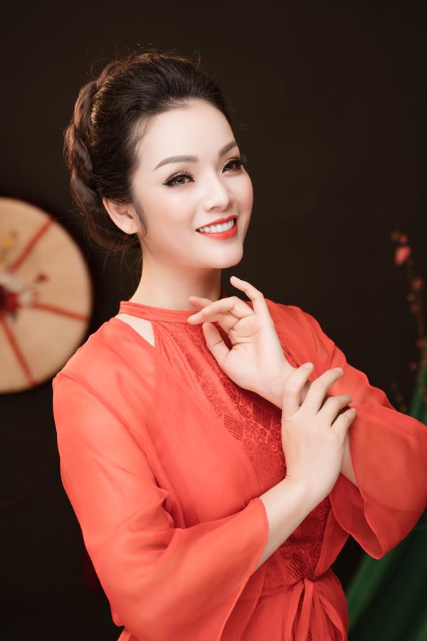 Trong MV, Tân Nhàn mặc áo tứ thân, đội nón ba tầm đã được cách điệu hiện đại.