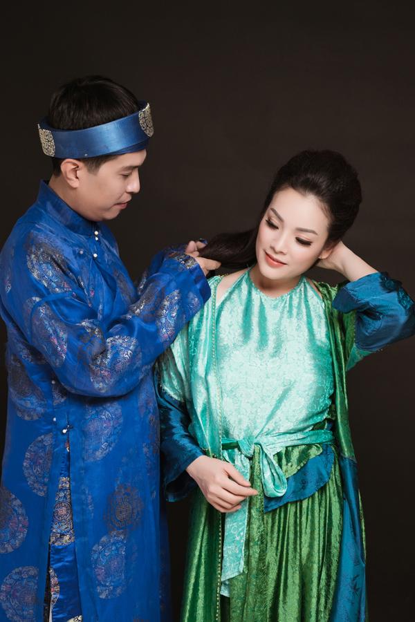 Đã chung sống bên nhau hơn 10 năm nhưng trước ống kính máy quay, vợ chồng Tân Nhàn lại thể hiện cảm xúc rụt rè, e ngại của đôi tình nhân mới yêu.
