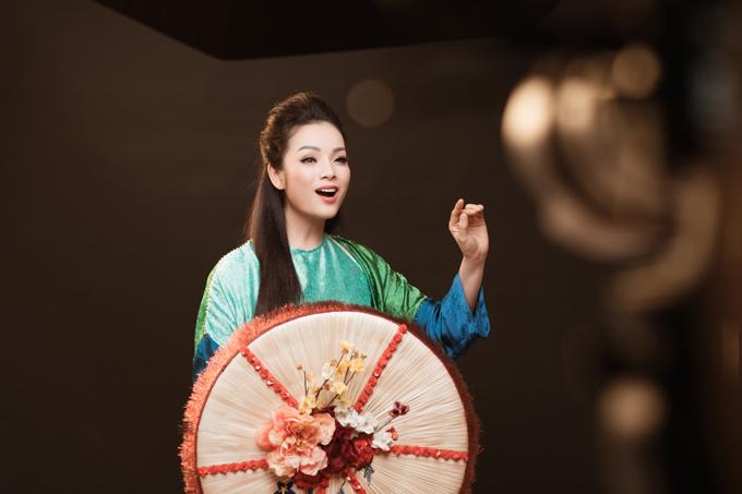 Lý giải việc phát hành MV quan họ Tương phùng tương ngộ, Tân Nhàn chia sẻ cô vốn yêu thích các loại hình âm nhạc truyền thống nên dành rất nhiều thời gian để học cách hát theo lối cổ của liền anh liền chị vùng Kinh Bắc. Việc hát quan họ không dễ chút nào bởi nóđòi hỏi ca sĩ phải sử dụng nhiều kỹ thuật hát đặc trưng của quan họ như vang - rền - nền - nảy. Tôi muốn khoe trọn vẻ đẹp của nghệ thuật truyền thống Việt Nam và giúp cho quan họ đến gần hơn với khán giả đại chúng, cô nói.