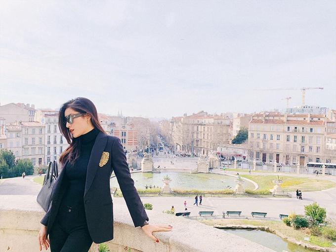 Ngoài ra, nhà Huyền My còn check in ở khu tượng đàiPalais Longchamp ở Marseille, ghé thăm thành phố Nice(Pháp) và thưởng thức bữa sáng ởMonte Carlo, công quốc Monaco. Từng đến châu Âu nhiều lần nên chuyến đi lần này, gia đình chủ yếu lựa chọn các cảnh quan thanh bình và cổ kính.