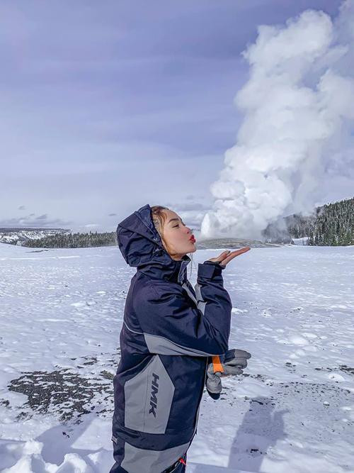 Điểm đến sau đó của hành trình là núi lửa Yellowstone. Vào mùa đông,núi lửa phun lên ngọn nước cao khoảng 30-40 m, khiến nữ ca sĩ rất thích thú. Trời ơi, tin đượckhông. Mọi thứ nơi đây như bước ra từ truyện cổ tích, chỉ tiếc rằng mìnhkhôngphải là công chúa Elsa để hát vang bài Let It Go. Choáng ngợp thật sự, choáng vì sự hùng vĩcủa thiên nhiên và cũng chóang bởi vì nó quá đẹp. Khôngtưởng tượng nổi Hằngcó thể mạnh mẽ một cách phi thường để đứngdưới âm 17 độ C suốt5 tiếng. Cứ nghĩ đến cái giò thủ heo đông lạnh ngày Tết, cô hài hước chia sẻ.