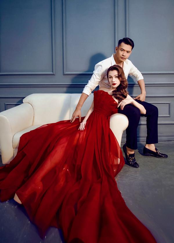 Thái Nhiên Phương lộng lẫy trong bộ váy đỏ cúp ngực, khoe nhan sắc khả ái và làn da trắng ngần.