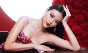 Miss Earth Phương Khánh mặc hở vai khoe ngực đầy