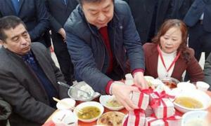 Tài phiệt Trung Quốc lì xì 1,8 triệu USD cho đồng hương