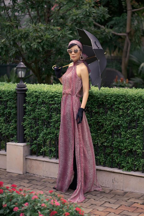 Nếu 2018 áo dài gạch bông được nhiều nhà mốt lăng xê thì 2019 là sự đa sắc của nhiều kiểu họa tiết và phom dáng áo dài cách tân. Vũ Cẩm Nhung trong một mẫu áo dài phá cách của Võ Việt Chung.