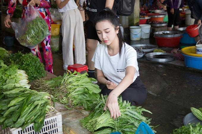 Trước khi đến nhà hai bà cháu Ngọc Ánh, Thúy An ghé chợ Bạc Liêu mau một số thức ăn, rau củ