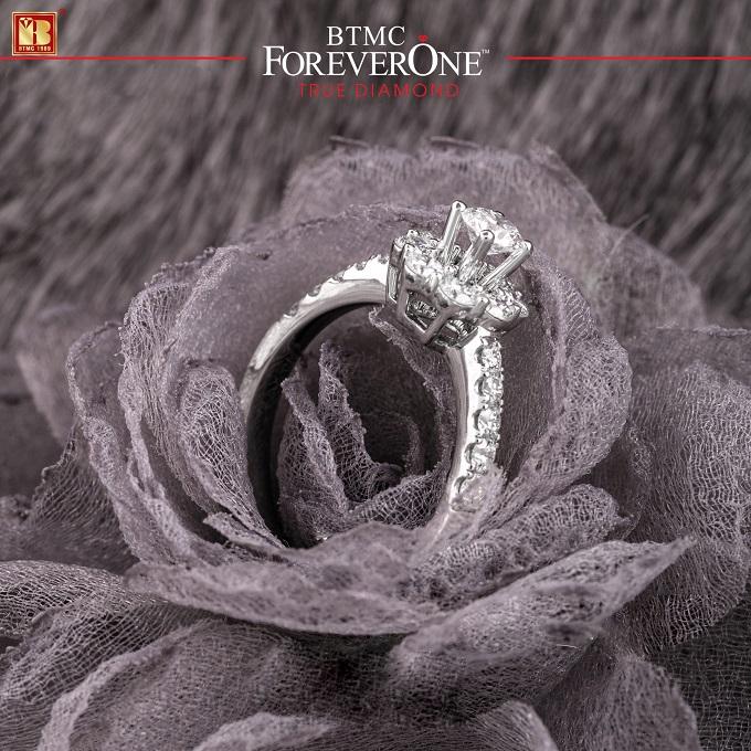 Ngoài trang sức đồng bộ, thương hiệu giới thiệu mẫu nhẫn kim cương có kiểu dáng bắt mắt, nhẫn nằm trong bộ sưu tập One Love.