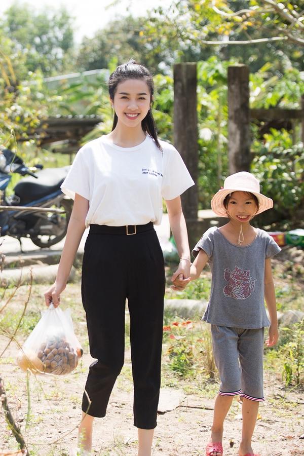 Á hậu Thúy An đi chợ nấu ăn cho bé gái hở hàm ếch - 3