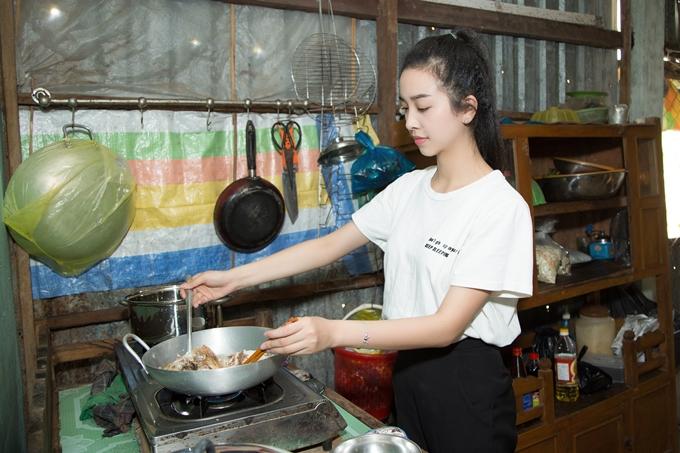 Á hậu Thúy An đi chợ nấu ăn cho bé gái hở hàm ếch - 6
