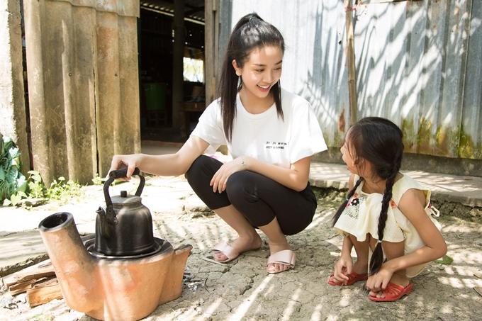 Á hậu Thúy An đi chợ nấu ăn cho bé gái hở hàm ếch - 7