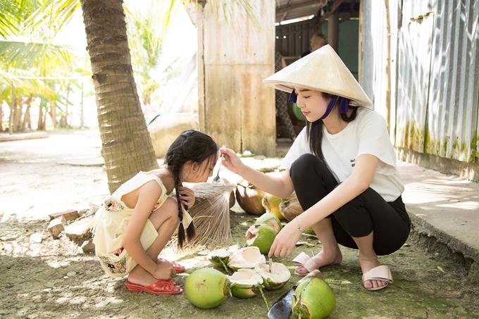 Á hậu Thúy An đi chợ nấu ăn cho bé gái hở hàm ếch - 8