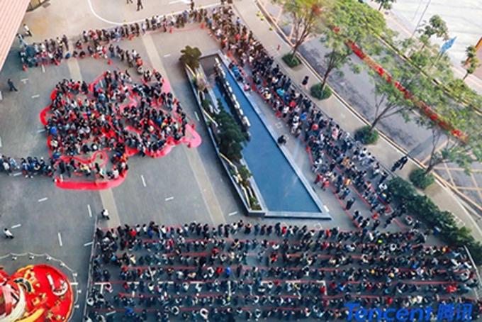 Dòng người xếp hình chữ fu bên ngoài trụ sở chính Tencent tại Thâm Quyến. Ảnh: SCMP.
