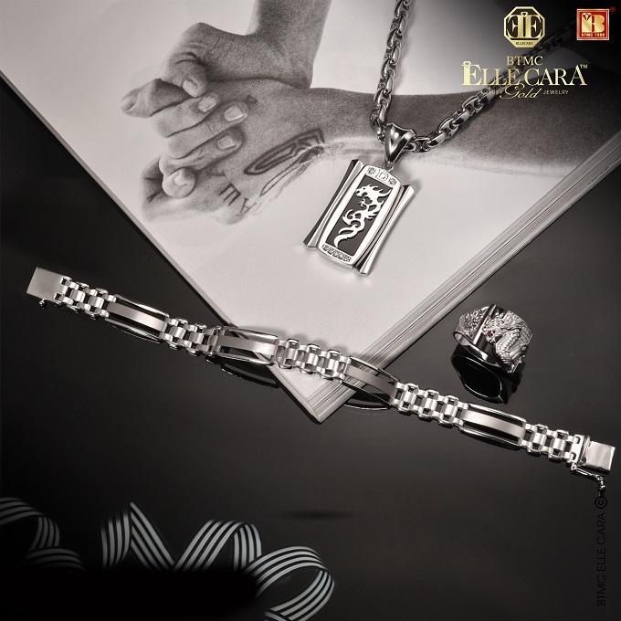Bộ thiết kế Ella Cara dành cho phái mạnh, có thiết kế hình rồng thu hút. Các thiết kế trang sức của Bảo Tín Minh Châuvừa để làm đẹp, làm vật phẩm phong thủy, giúp người dùng thêm tự tin, an lành, lại vừa là món đồ có khả năng tích trữ tài sản.