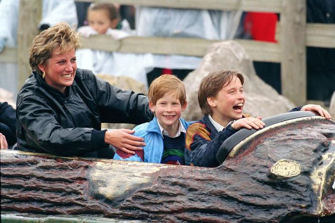 William và Harry được mẹ Diana dẫn đi chơi công viên hồi năm 1993. Ảnh: UK Press.