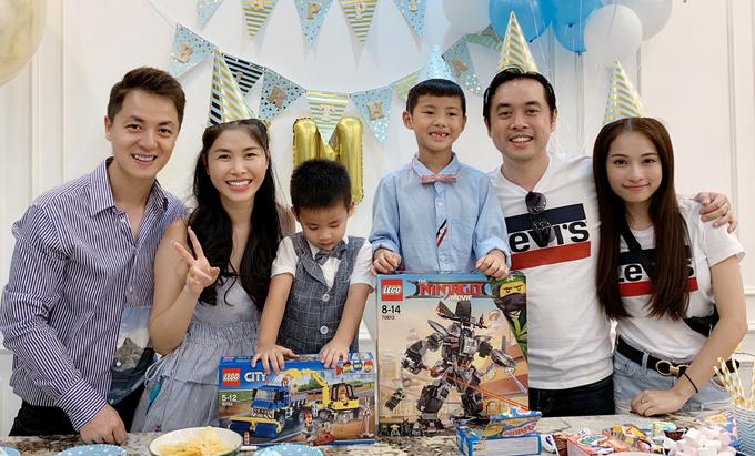 Đăng Khôi - Thủy Anh làm tiệc mừng 7 tuổi cho con trai lớn tên Ken (giữa) tại nhà riêng ở TP HCM. Nhạc sĩ Dương Khắc Linh cùng bạn gái Sara Lưu mặc đồ đôi đến chung vui với gia đình đồng nghiệp.