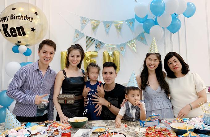 Em trai Đăng Khôi là Đăng Nguyên (áo đen) đưa vợ con tới dự sinh nhật cháu.