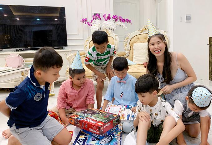 Con trai Đăng Khôi hào hứng bóc quà sinh nhật cùng bạn bè.