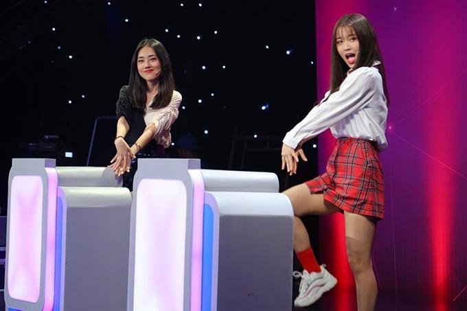 Dù chưa sành sỏi tiếng Việt, Han Sara cố gắng đối đáp với hai MC, mang đến nhiều thú vị cho chương trình. vì cá tính hồn nhiên của mình.