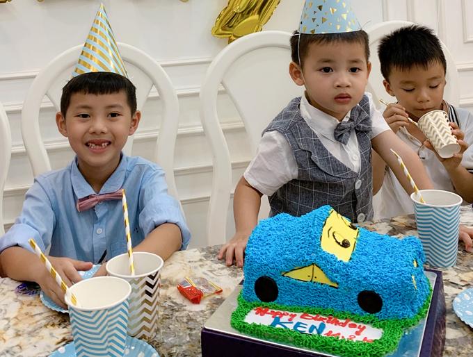 Bé Ken được bố mẹ đặt cho một chiếc bánh kem hình xe hơi ngộ nghĩnh.