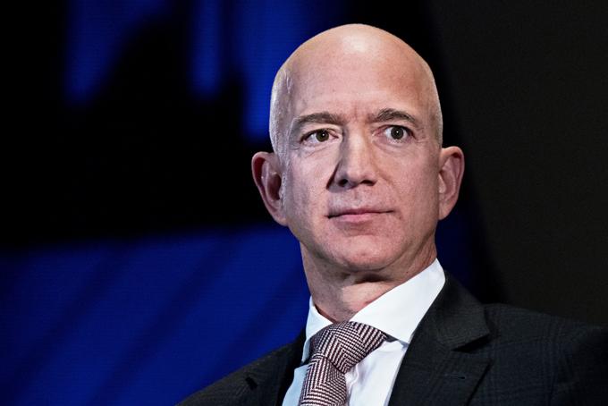 Jeff Bezos là nhà sáng lập kiêm CEO của Amazon - hãng thương mại điện tử lớn nhất thế giới.