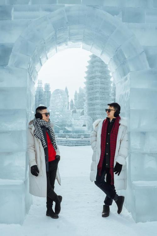 Lễ hội Băng đăng Quốc tế Cáp Nhĩ Tân 哈尔滨国际冰雪节 là lễ hội hàng năm tại thành phố Cáp Nhĩ Tân, là một trong bốn lễ hội băng tuyết lớn nhất thế giới cùng với Festival Tuyết Sapporo, Carnival Mùa đông Thành phố Québec và Festival Trượt tuyết tại Na Uy. Lễ hội được tổ chức lần đầu vào năm 1963 và từng bị gián đoạn vài năm trong thời gian diễn ra cuộc Cách mạng Văn hóa, sau đó được khôi phục lại vào năm 1985 và diễn ra đều đặn cho đến nay nha. Để đến được đây cũng khá đơn giản thôi, taxi, xe buýt hoặc tàu điện ngầm đều có thể đến được, địa điểm này nổi tiếng toàn thế giới rồi nên ai cũng biết, không phải sợ đi lạc đâu ha.