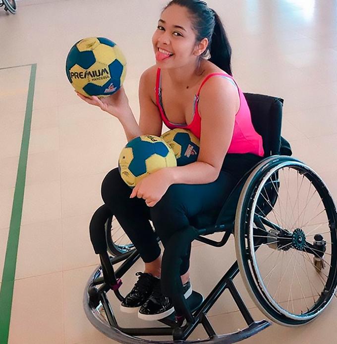 Hiện Layane đã vui vẻ và yêu đời hơn với cuộc sống phải ngồi xe lăn. Ảnh: CEN.