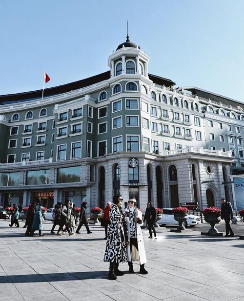 Ngày hôm sau tụi mình quyết định đi vào trung tâm thành phố chơi. Harbin chịu ảnh hưởng rất nhiều từ người Nga vì giáp ranh biên với Nga và có rất nhiều người nhập cư từ Nga qua đây sinh sống. Nếu đi bộ tham quan thì kiến trúc xung quanh thành phố làm mình cứ ngỡ mình đang ở một thành phố châu Âu nào đó chứ không phải ở Trung Quốc nữa, thú vị lắm luôn.