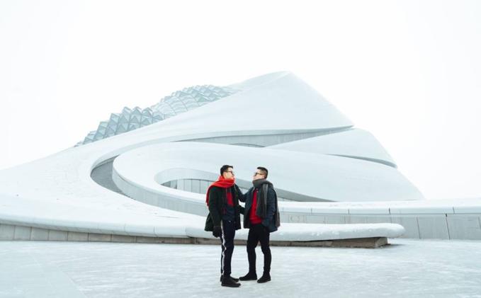 Ngoài lễ hội băng tuyết lớn nhất thế giới thì Harbin còn có 1 điểm tham quan vô cùng hoành tráng và lộng lẫy, chính là Opera House này đây, cả tòa nhà được phủ tuyết trắng nhìn từ trên xuống rất hùng vĩ luôn. Từ mặt đất mình có thể đi bộ dọc theo cầu thang uốn lượn theo mái nhà hát này để leo lên đỉnh của tòa nhà và ngắm nhìn toàn cảnh xung quanh. Mình không phải mua vé gì mới leo được vì đây là khu vực công cộng, cứ thoải mái nha. Nhà hát lớn Cáp Nhĩ Tân (tiếng Anh: Nhà hát Opera Harbin) nằm ở trung tâm văn hóa Tùng Hoa, Cáp Nhĩ Tân, Hắc Long Giang, Trung Quốc, bao gồm Nhà hát lớn (1600) và nhà hát nhỏ (400 chỗ ngồi). Vào tháng 2 năm 2016, Nhà hát lớn Harbin đã được ArchDaily chọn là tòa nhà văn hóa tốt nhất thế giới.