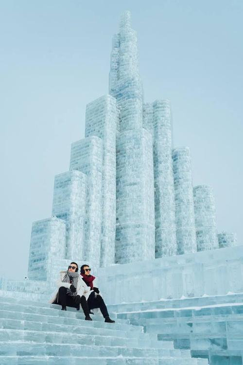 Mùa đông tại đây có thể nói là lạnh nhất trong số các thành phố lớn của Trung Quốc, lúc lạnh nhất có thể xuống đến -40°C lận đó, Cáp Nhĩ Tân có biệt danh là Thành phố Băng để chỉ sự phát triển du lịch và những hoạt động giải trí mùa đông nổi tiếng của nó. Nổi bật nhất là lễ hội điêu khắc băng của thành phố vào mùa đông mà tụi mình sẽ giới thiệu nhiều trong bài này nhen. Thật sự mà nói thì đây không phải là nơi mà người Việt chúng ta nghĩ đến đầu tiên khi đi du lịch, nhưng khi đã đến đây rồi thì bạn mới cảm nhận được sự thú vị trên cả tuyệt vời của nó, tụi mình đã phải đến đây 3 lần liên tiếp trong 3 năm qua, và chắc chắn mùa đông năm nay tụi mình sẽ quay lại để tận hưởng cái lạnh của nơi này nữa đó.