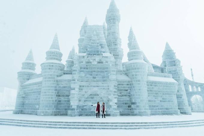 Mỗi mùa đông về tụi mình đều cố gắng sắp xếp để đi đến một thành phố nào đó thật lạnh để tận hưởng mùa đông đúng nghĩa, vì biết đâu mai mốt trái đất nóng lên không còn chỗ để đi thì sao phải không nè. Và mặc dù đây là lần thứ 3 mình đến thành phố này rồi nhưng lần này mới có điều kiện và thời gian để lưu lại những hình ảnh tuyệt đẹp để giới thiệu với nhà mình. Để nói sơ về Cáp Nhĩ Tân 1 chút nha, đây là thủ phủ của tỉnh Hắc Long Giang ở phía Đông Bắc Trung Quốc, giáp ranh với Nga và rất gần Mông Cổ, Cáp Nhĩ Tân được thành lập vào năm 1898 với sự xuất hiện của Đường sắt Đông Trung Quốc, thành phố ban đầu phát triển thịnh vượng như một khu vực sinh sống bởi đa số người nhập cư từ Đế quốc Nga.