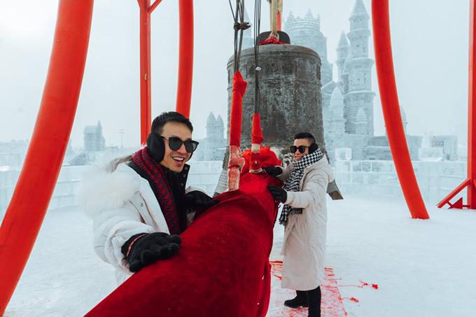 Cả một trời băng tuyết trắng xóa bỗng nhiên xuất hiện một cái chuông khổng lồ đỏ rực như này nè, mọi người bảo đánh chuông này để có thật nhiều may mắn đó, thế là tụi mình nhào vô liền!