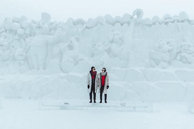 Năm con heo phải có 1 bức tường điêu khắc bằng tuyết trắng hình con heo nha. Í lộn, một đàn heo luôn chứ không phải 1 con. Lễ hội này đã có kỷ lục Guiness về tượng điêu khắc bằng băng lớn nhất thế giới rồi đó cả nhà!