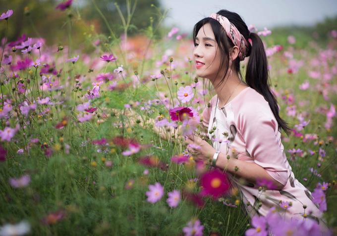 Thực hiện bộ hình kỷ niệm dịp đầu xuân, cựu người mẫu sinh năm 1982 chọn áo dài hồng phấn ngọt ngào, kết hợp băng-đô trẻ trung.