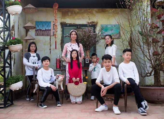 Xuất hiện cùng cô trong loạt ảnh mới là cả bảy người con. Các bé chủ yếu mặc trang phục đen - trắng tương phản.