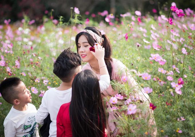Từng là một trong những chân dài tên tuổi tại Hà Nội vào những năm 2000, Lò Thị Sao Xa được mệnh danh người mẫu đông con nhất Việt Nam bởi cô có tới 7 người con. Lúc 21 tuổi và vẫn còn độc thân, cô đã nhận nuôi ba con gái từ khi các bé mới lọt lòng. Sau đó, cô kết hôn, có thêm một cậu con trai, nhưng nhanh chóng kết thúc mối duyên này. Năm 2009, Sao Xa tái hôn và sinh thêm ba con nữa, gồm hai trai một gái. Tuy nhiên, những bất đồng trong cuộc sống vợ chồng tiếp tục xảy ra khiến cô một lần nữa ly hôn và một mình nuôi bảy con.