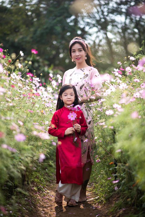 Trong khi đó, con gái ruột của Sao Xa diện áo dài đỏ nổi bật - gam màu đặc trưng của những ngày Tết Nguyên đán.