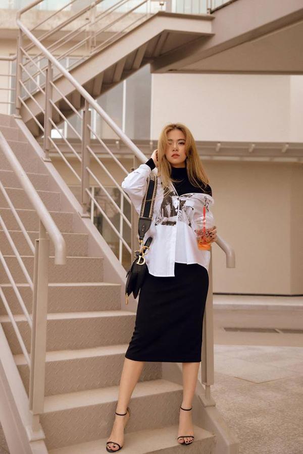 Chào xuân mới, Hoàng Thùy Linh chọn loạt áo trắng đen để mix đồ dạo phố. Trong đó các kiểu sơ mi dáng rộng, sơ mi lụa được nữ ca sĩ khá cưng chiều. Túi Dior kiểu yên ngựa hot trend được ca sĩ sử dụng làm điểm nhấn cho tổng thể.