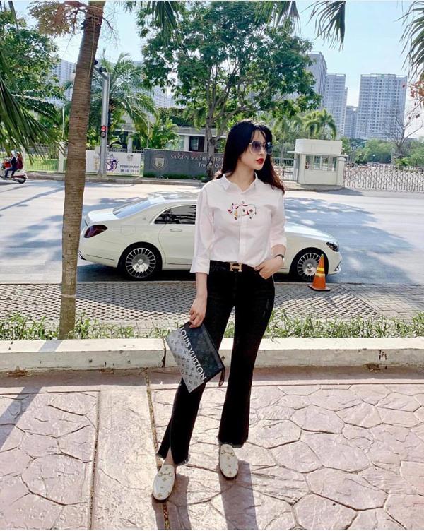 Diệp Lâm Anh chọn áo thêu họa tiết chú lợn mang âm hưởng phong cách tranh dân gian Đông Hồ để mix đồ dạo phố. Phụ kiện đi kèm là giầy slip on Gucci và clutch của Louis Vuitton.