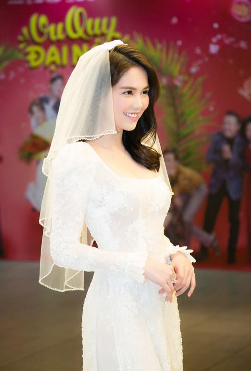 Mới đây, xuất hiện trong buổi ra mắt phim Vu quy đại náo ngày 13/2, Ngọc Trinh diện áo cô dâu khoe vòng eo nhỏ nhắn, gương mặt thon gọn. Người đẹp được nhiều khách mời, nghệ sĩ và fan khen ngợi.