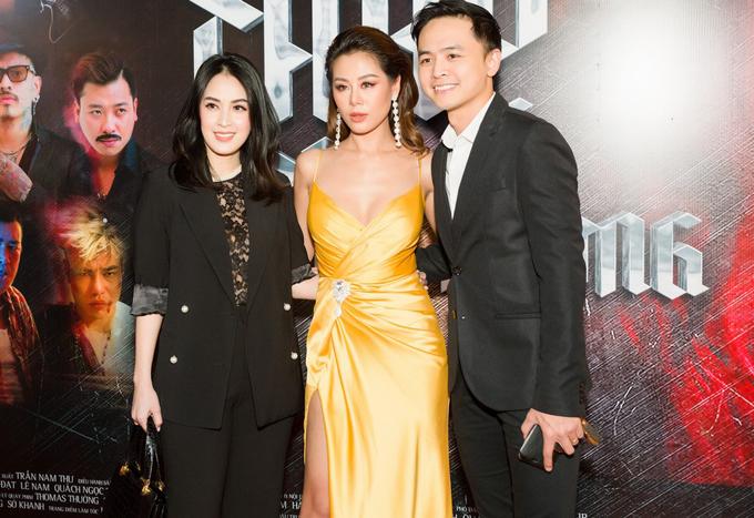 Chủ nhân sự kiện nổi bật trong bộ váy vàng rực, chụp ảnh kỷ niệm cùng hai khách mời.